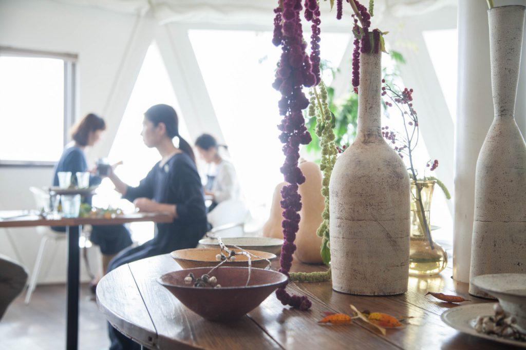 曾在望海café中舉辦《Harvest》展覽,在從土壤而來的食器上盛載農作物,有着供奉的意味,提醒人們生活的原點。(圖片由Cafe ocean提供)