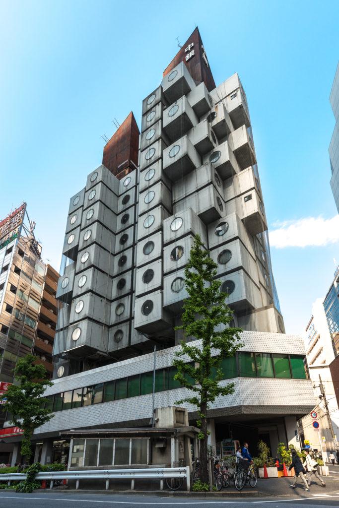 由黑川紀章設計的Nakagin Capsule Tower(中銀膠囊塔)是住宅加辦公建築,位於東京,共有一百四十個預鑄建築組件,每個單位都可獨立更換。
