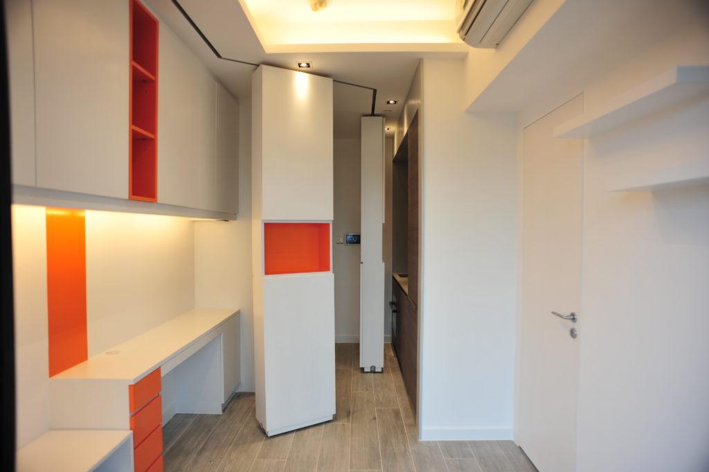 這個位於筲箕灣的一房一廳單位,面積僅275呎,是一對新婚夫婦之家。單位雖細,幸好樓底夠高,給予設計師創作和改動的空間。