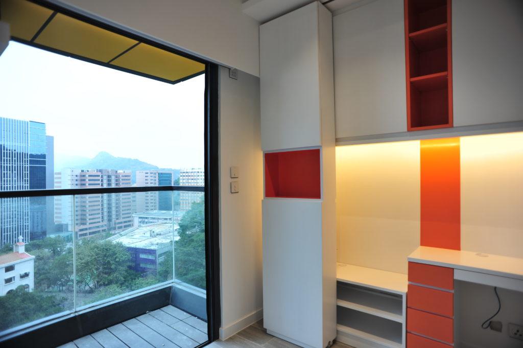 景觀開揚的大露台,值得刻意保留,改向牆身發展。