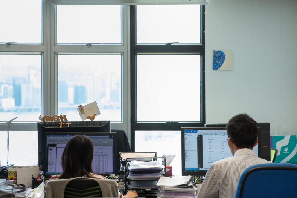 雖然擁有大玻璃窗,但樓底較低,因此工作區需要維持一定燈光。不過裝設室內感應器量度室內的光猛度,在光線充足時會慢慢調暗燈光。