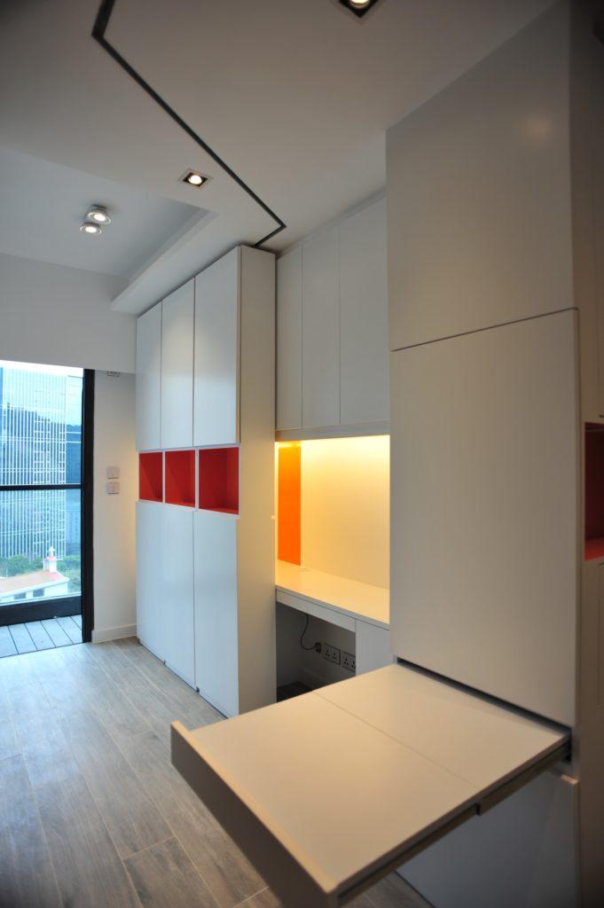 只要把趟櫃移到工作枱的一邊,便可進入「吃飯」模式;飯枱平時藏於櫃中,有需要才拉出來,同樣節省空間的設計。