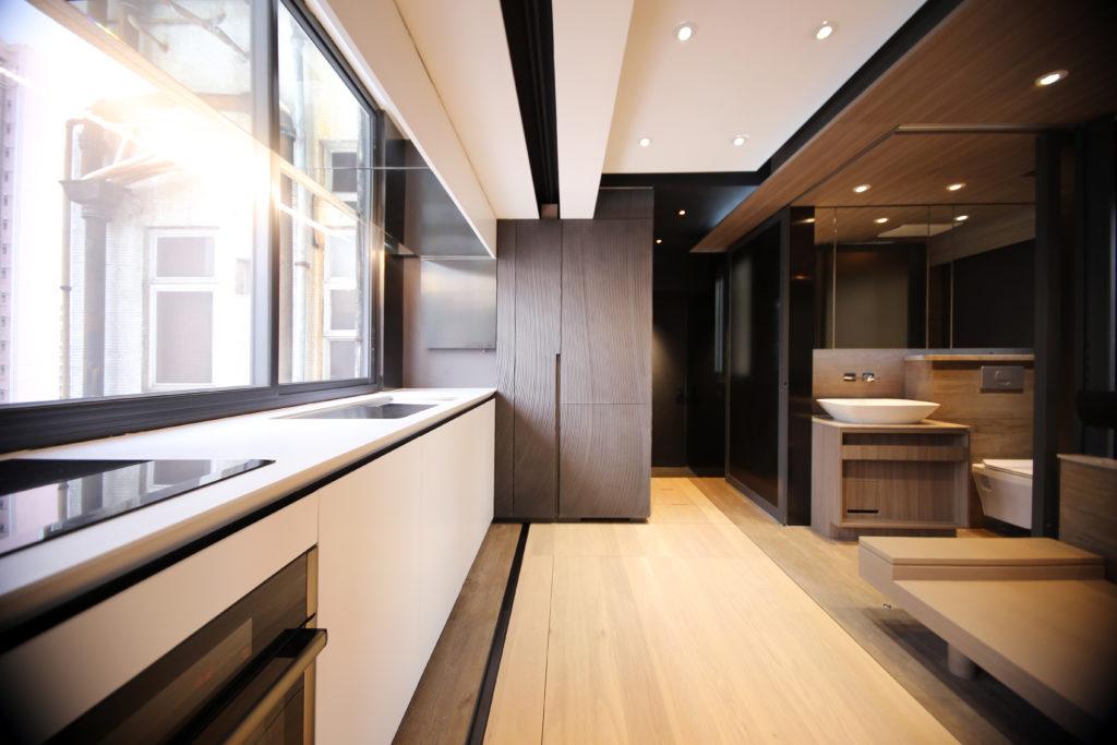 衞浴、廚房和起居室集中於一起,不得不依賴先進的通風和抽濕系統等設備的協助,以保障居住環境的衞生。