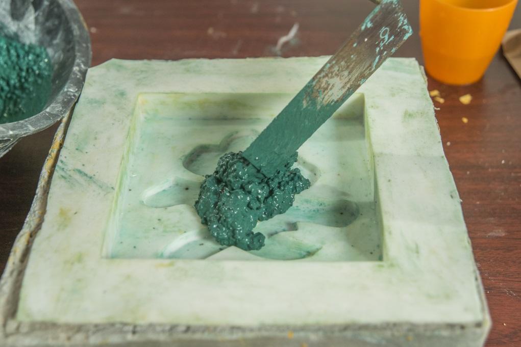 1. 先把綠色英泥粉、石米與水混和攪拌至杰身,倒進矽膠模具內掃平,拍出多餘空氣。