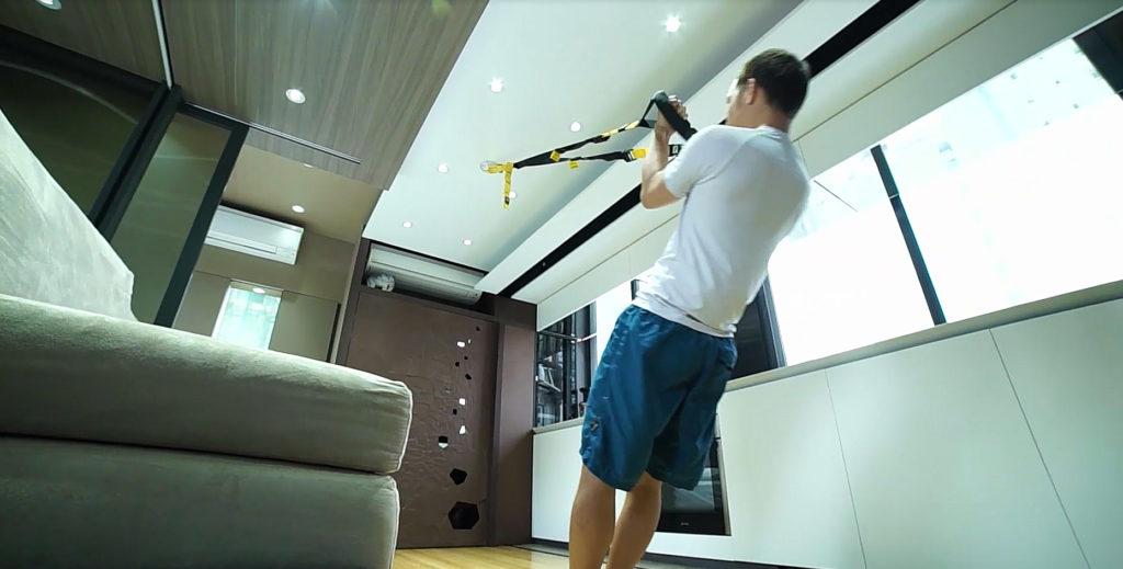 健身設備隱藏於天花之上,不佔空間,讓Andy足不出戶便能在家健身。
