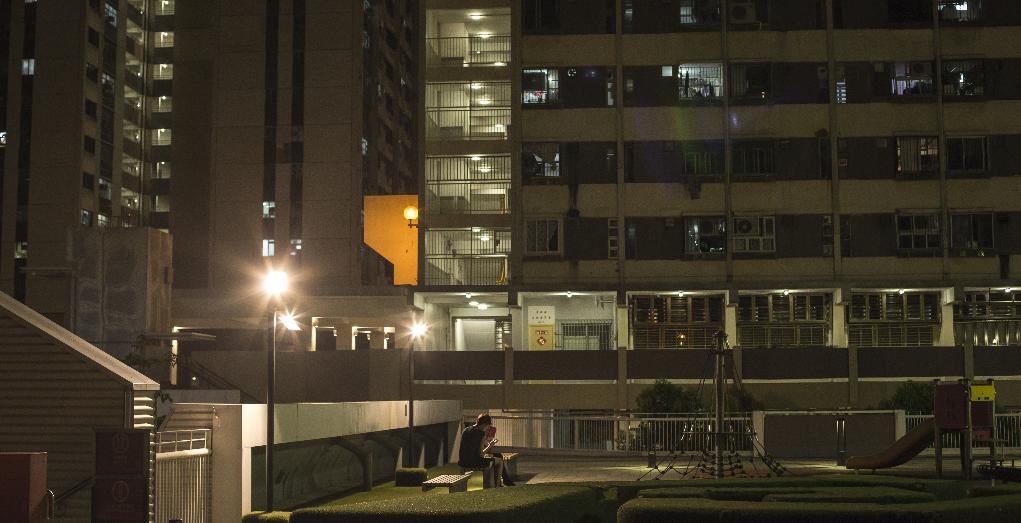 深夜,屋邨的平台、籃球場、快餐店都是區內年青人流連的地方。