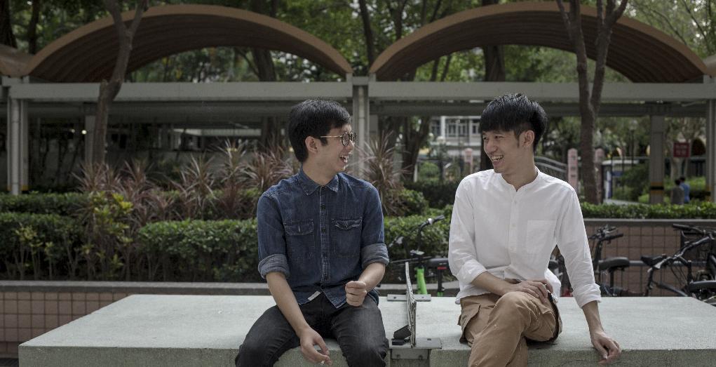 阿鋒(左)與阿輝是多年好友,常在屋邨的後樓梯聊天。