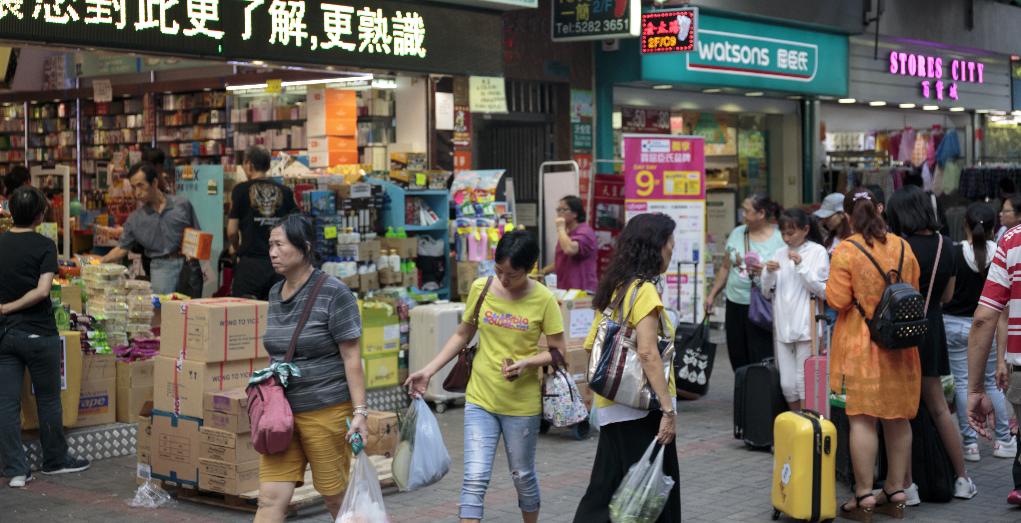 新墟有不少店舖變成藥房,平日也可看有人拖着行李箱購買日用品。