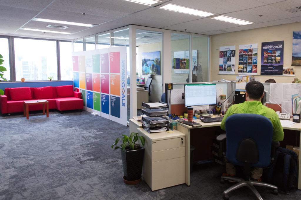 為了節省能源和強化日光,一反大部分傳統辦公室的空間佈置,不再將會議室置於窗邊霸佔最美風景,而是令每個角落的員工與客人都擁有陽光和海景。