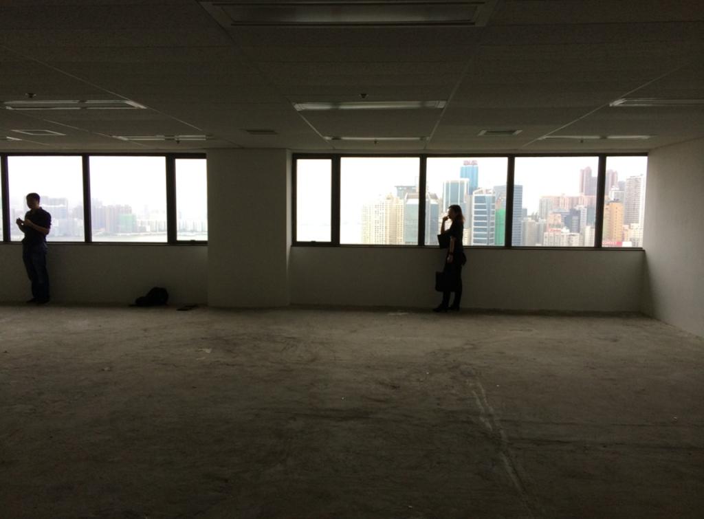 辦公室原本是簡單的石屎空間,他們保留大廈原有的假天花,同時回收重用同層辦公室丟棄的新淨假天花,以作必要時的修補。
