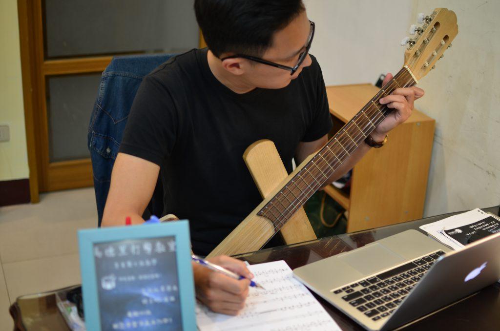 琴身變得較輕巧,用家想邊彈奏邊執筆作曲填詞也變得更輕鬆簡單。