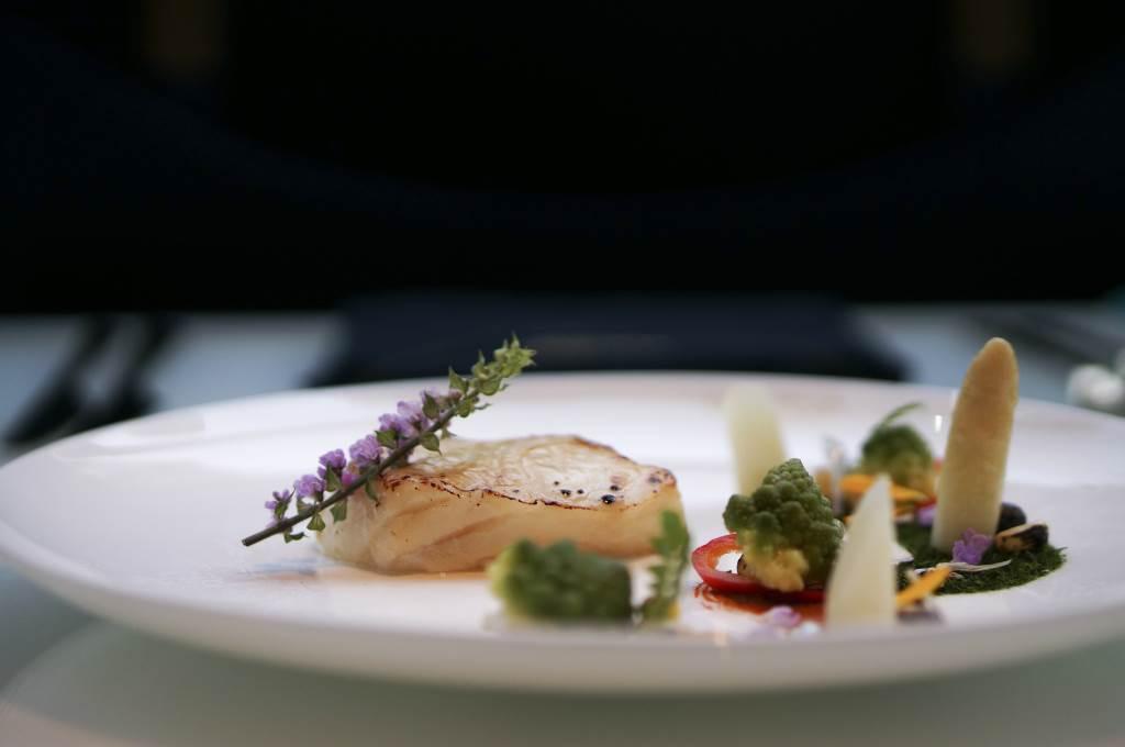 「盛開的杏花」餐單主菜 —— 日本麵豉醬鱈魚配荷蘭燈籠椒意大利西蘭花