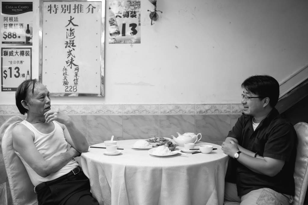 張展鴻教授跟泉章居前主廚劉重光師傅, 一同追憶上世紀六、七十年代廠區碟頭飯「大件夾抵食」的模樣。