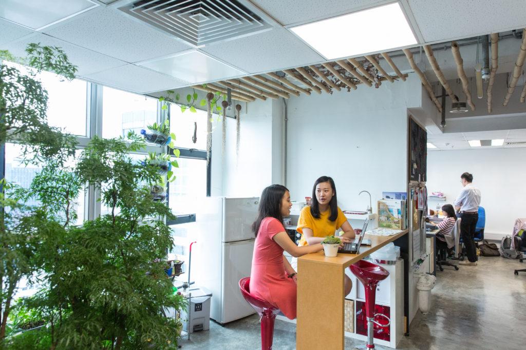 豐能得獎環保辦公室由員工親自設計,設有二手吧枱、飛鏢和綠化茶水間,營造愉快的工作環境。