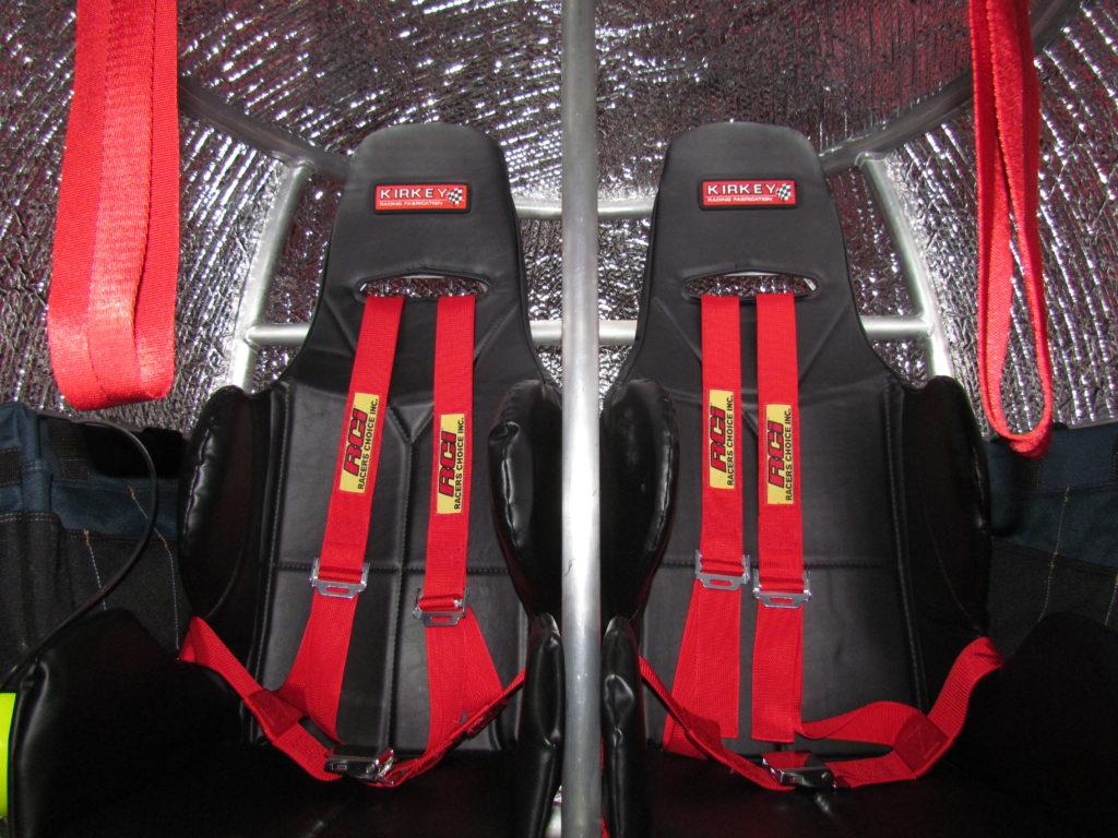 求生囊裏的座椅裝有四點式安全帶,即使出面風浪再大,用家也可以穩妥地坐在椅上,避免因撞擊而受傷。
