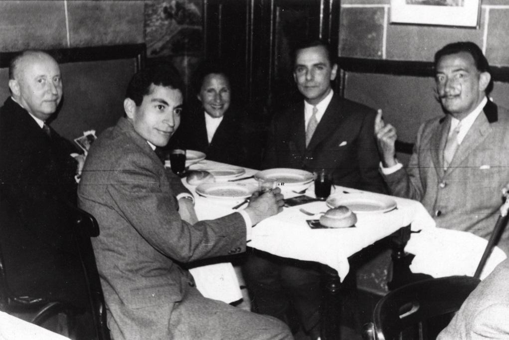 Christian Dior(左一)懷着新視野獨到眼光,畫廊為年輕藝術家提供展覽平台,如Salvador Dalí(右一)、Tony Sandro( 左二), 而Victor Grandpierre(右二)是藝術收藏家。