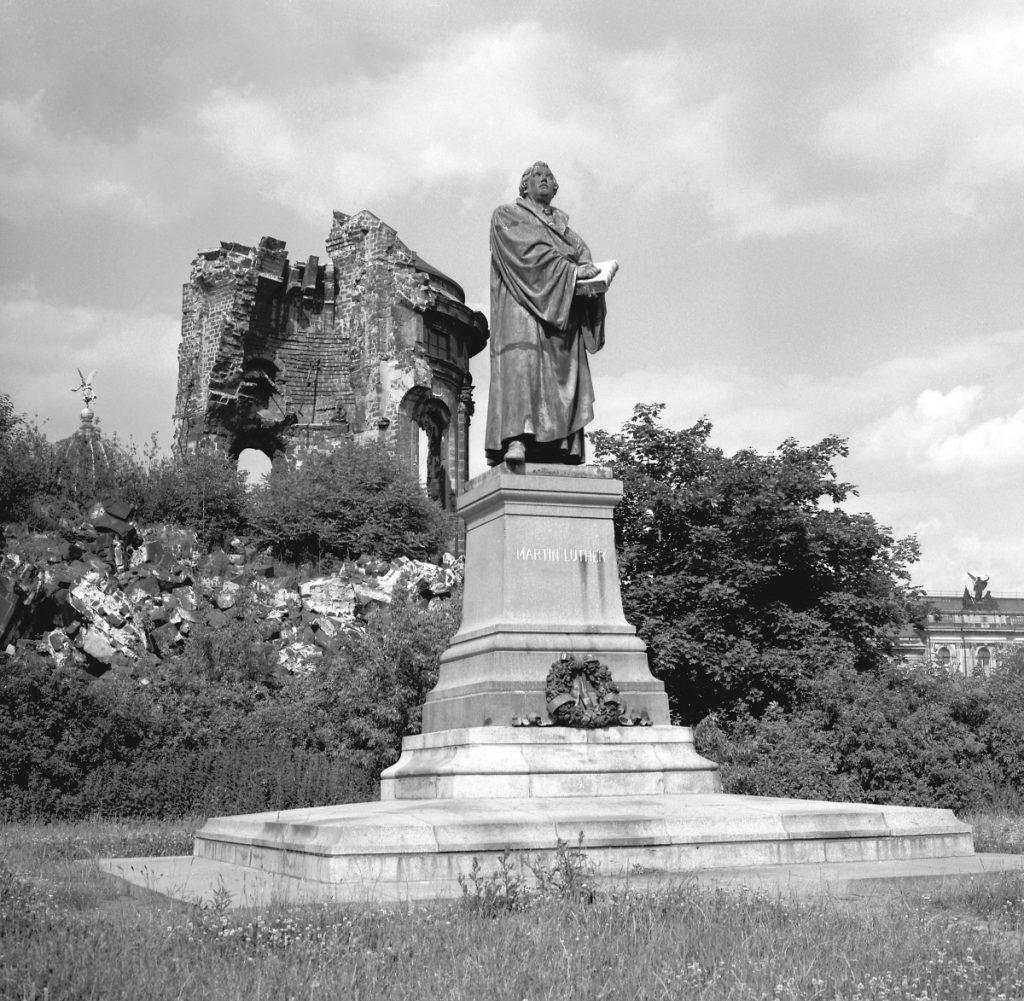 1986年的聖母教堂廢墟與馬丁路德塑像。(圖片來自Wikimedia Common)