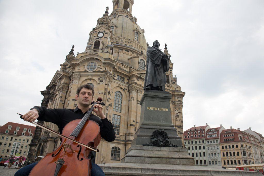 大提琴演奏家Dale Henderson在德累斯頓新市集廣場即興演奏