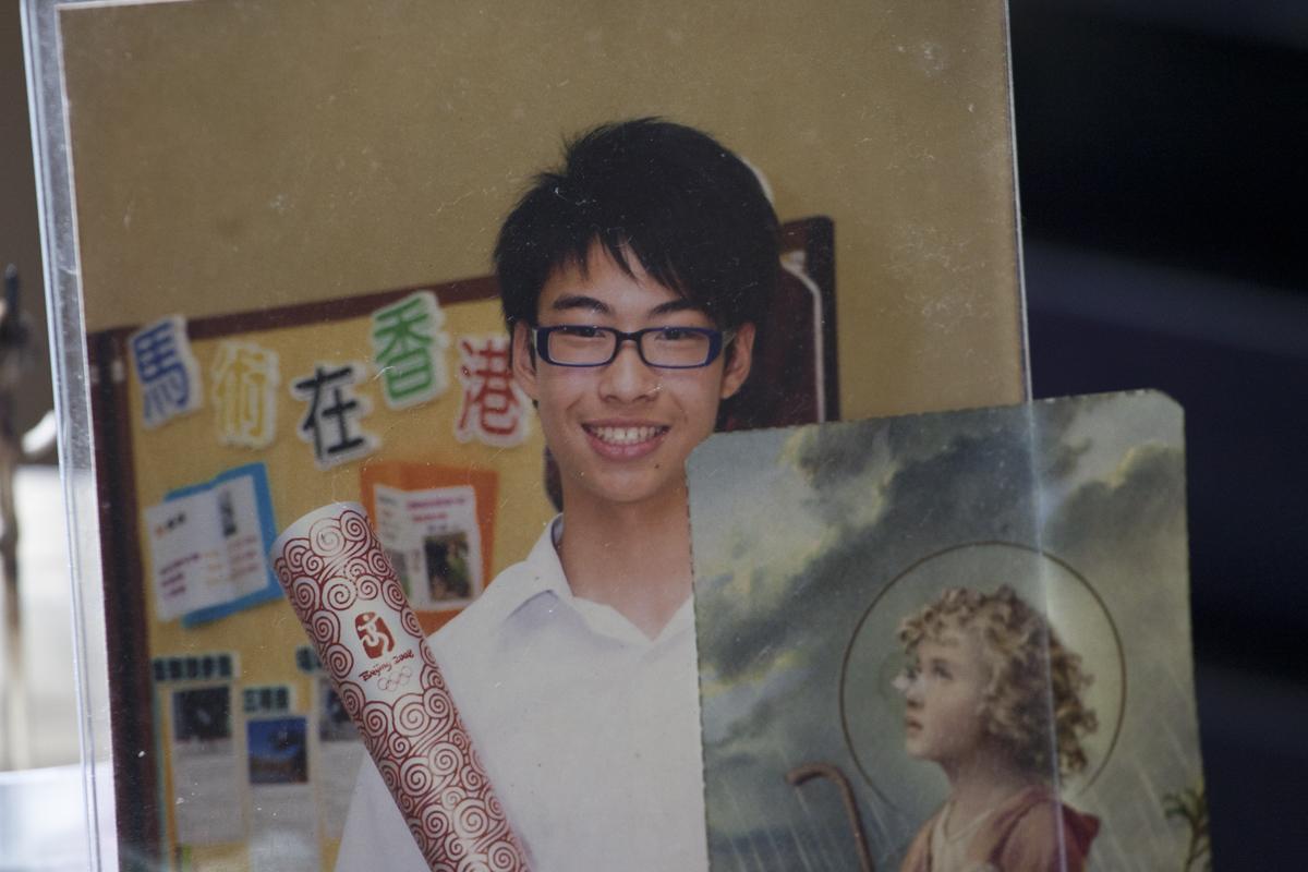 中學時候的梁曉暘,一臉稚氣,仍未留長髮。