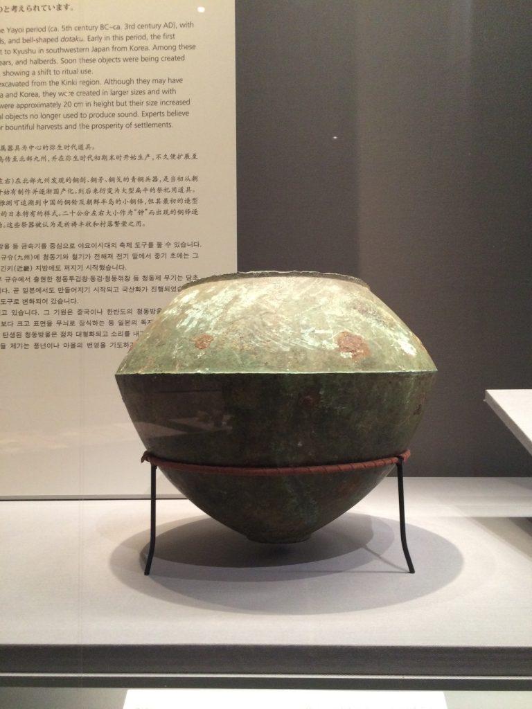 從數千年歷史的彌生時代的器物獲取靈感,創作出下方的水壺。