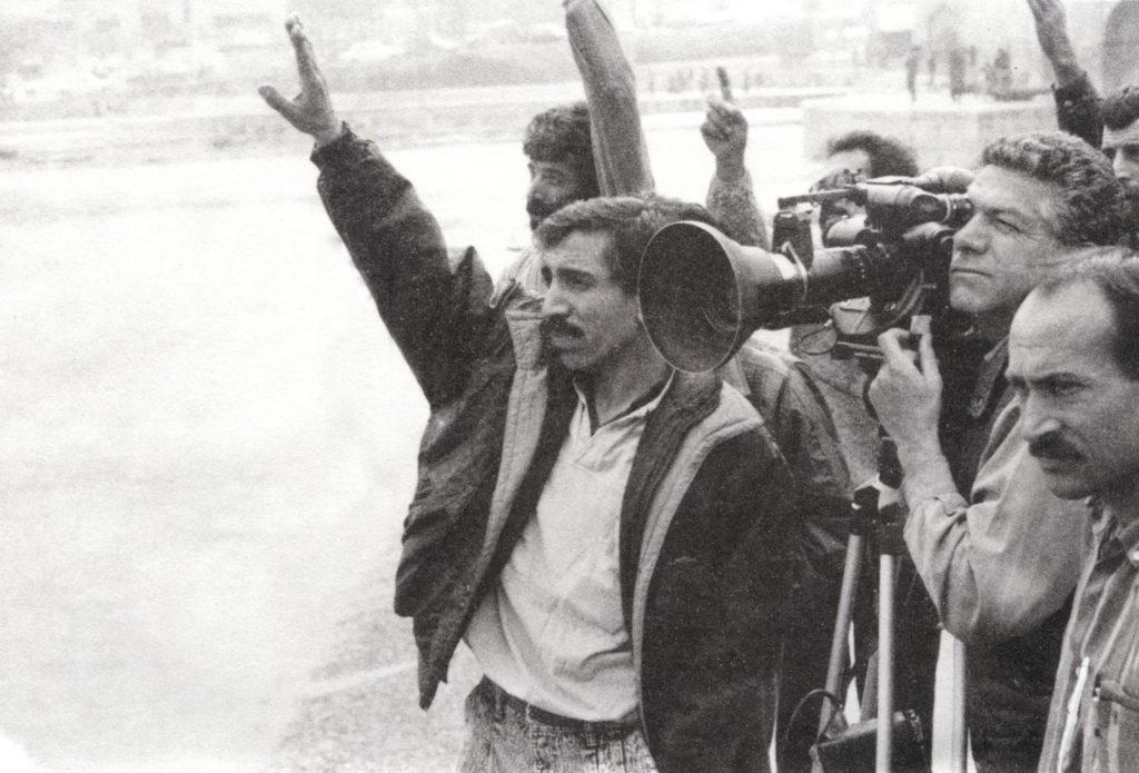 麥馬巴夫的《撒恩達之夜》(1990)因質疑伊朗革命而被禁多年,部分內容更被抽掉或消音。
