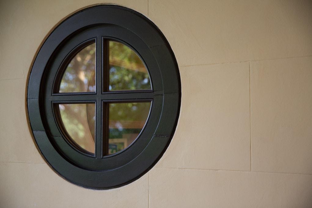 遊廊原本只有圓形窗孔,參考舊照片及舊上水警署等同期警署建築後,終於得知是十字窗設計。