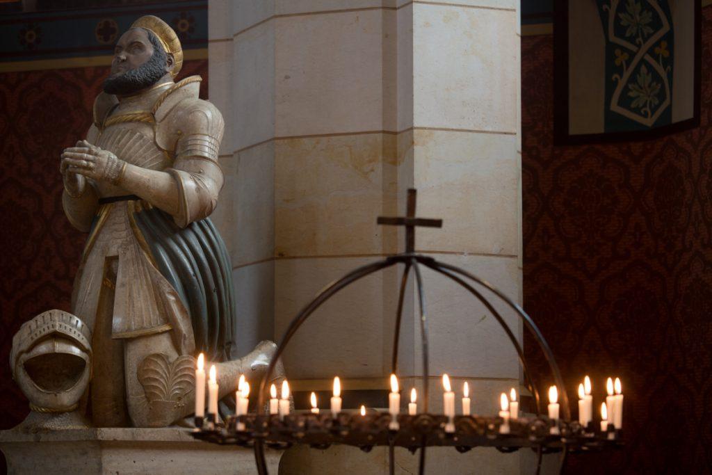 城堡教堂的燭台上,燭光閃耀著祝福和盼望的光。
