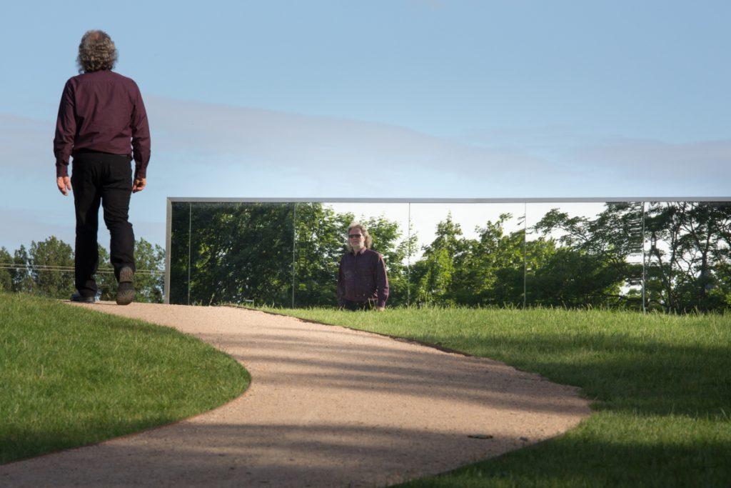 Christof Vetter走過鏡子組合的藝術裝置,思索過去與未來的命題。