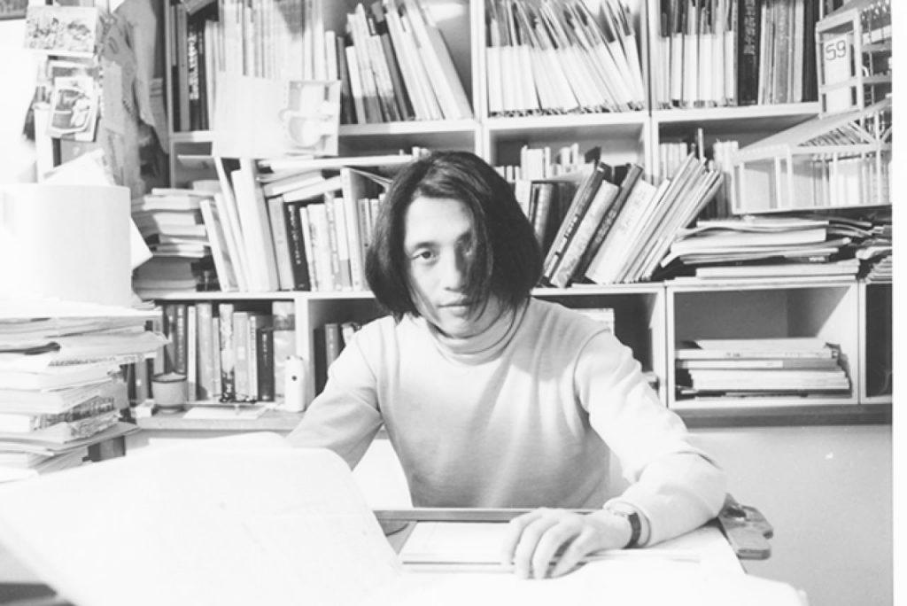 在大阪的事務所留影的二十八歲安藤忠雄