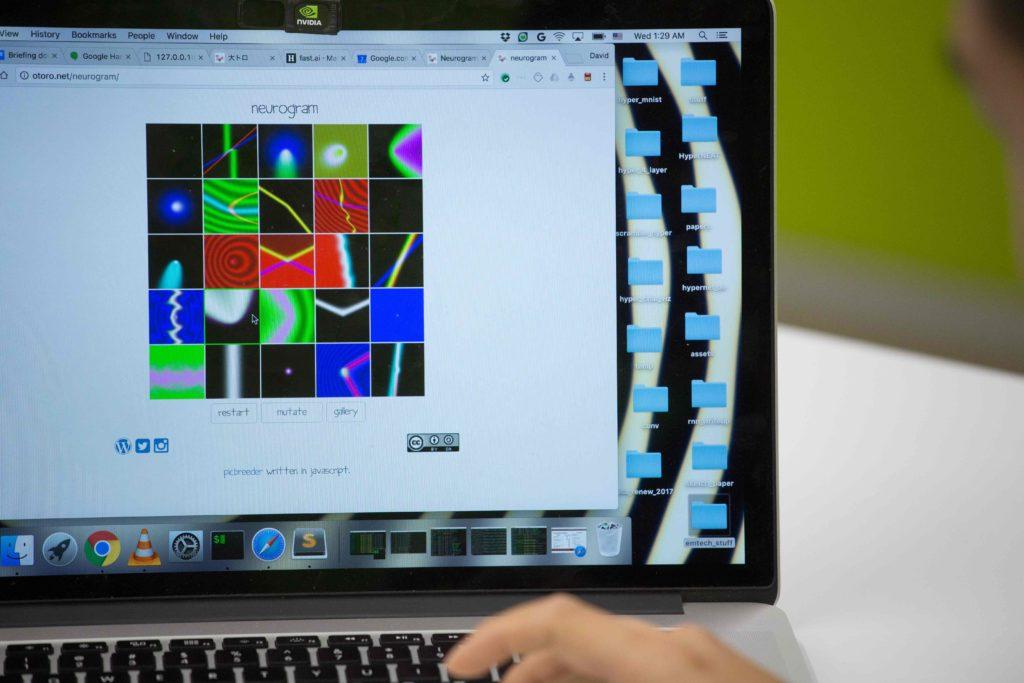 夏睿文寫的Blog中,可以讓人點選不同的圖案,再由演算法融合成新的抽像畫。