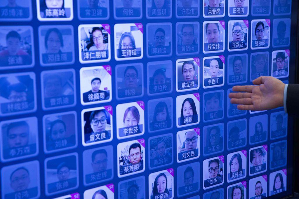 代替接待處,技術自動掃描人臉, 對比資料庫中的圖像,得出相似度,記錄每個員工出入公司的資料。