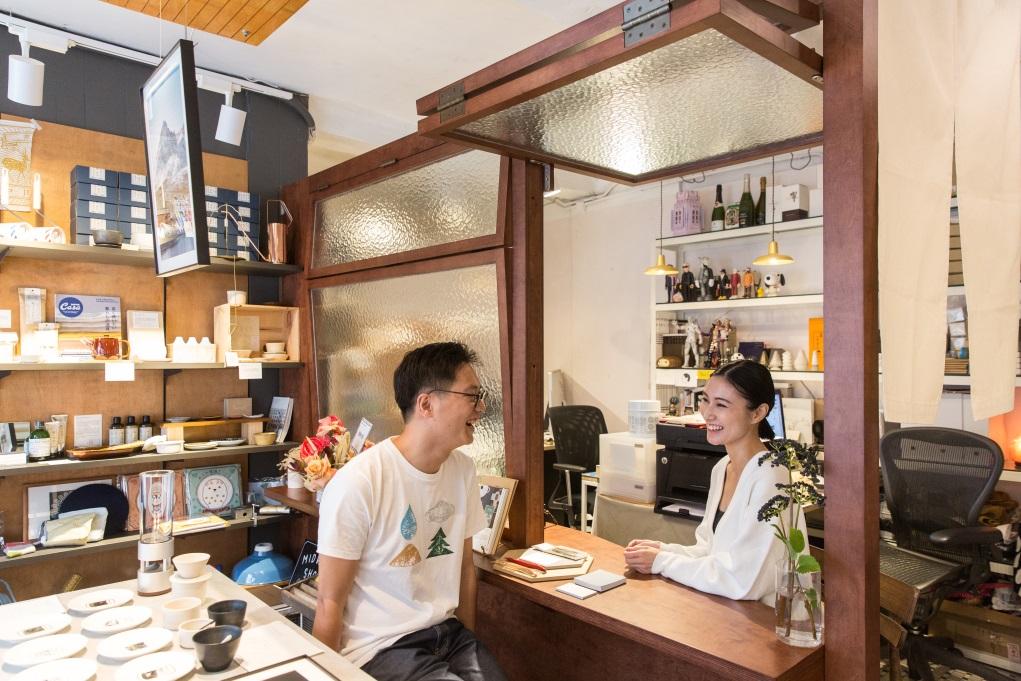 Pan(左)和Rita(右)在深水埗開設複合店,一面玻璃窗分隔工作與零售、展覽空間。