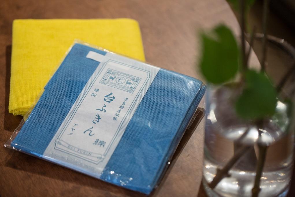 曾獲日本Good Design Award中川政七商店的大塊綿質布巾,外表看來平凡,其實是與蚊帳的物料相同,好處是透氣又不易脫毛,不會產生異味,可以張開用作過濾湯渣或摺疊成細塊,舊了便用作抹巾。