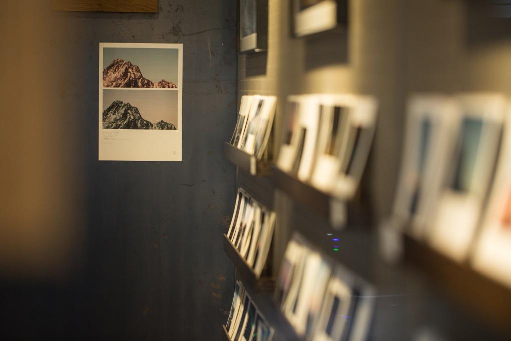 定期舉行不同主題的展覽,這次就是二人年初的北極圈之旅,展出他們所拍攝的照片明信片。