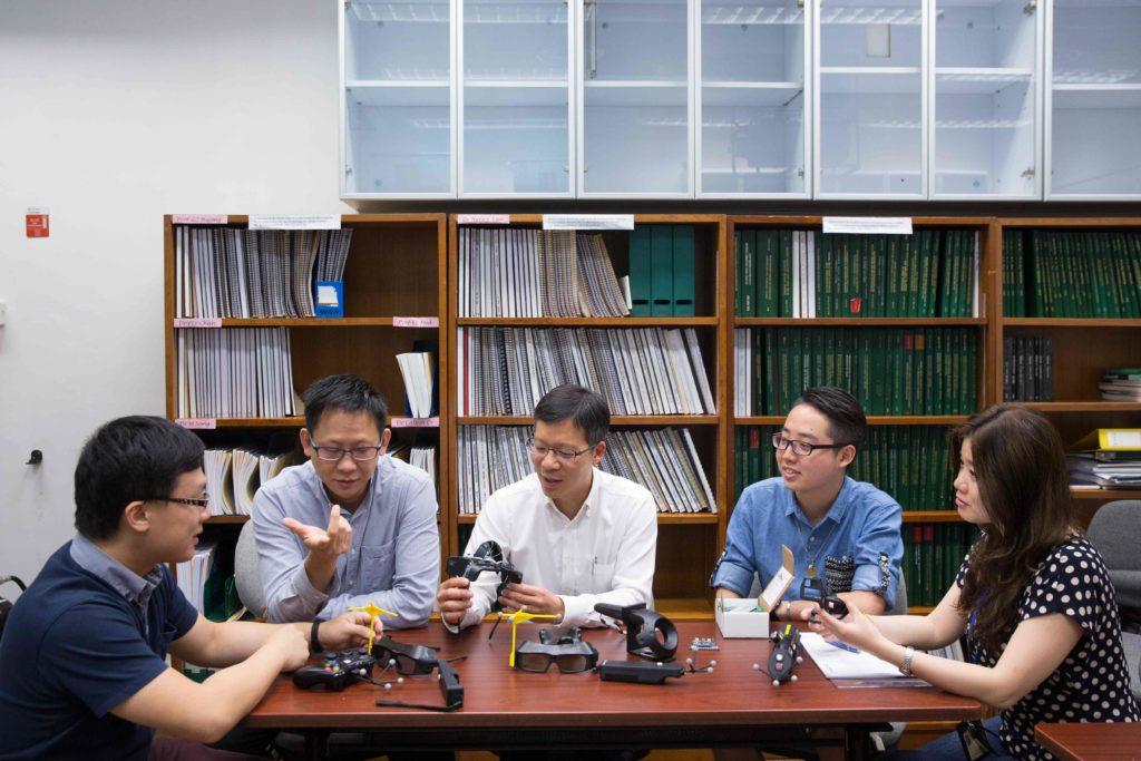 劉應機教授(中間)、陳健業博士(左二)及研究人員William(左一),最初團隊只有他們三人。