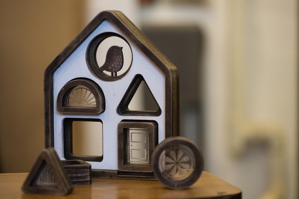 木製小屋的門口和窗戶都可拆下,教導小孩子認識圖形。