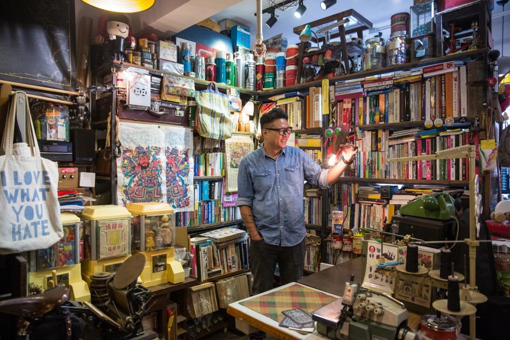 喜好懷舊玩具的Ryan,工作室內書架上也放滿六、七十年代香港生產的玩具。