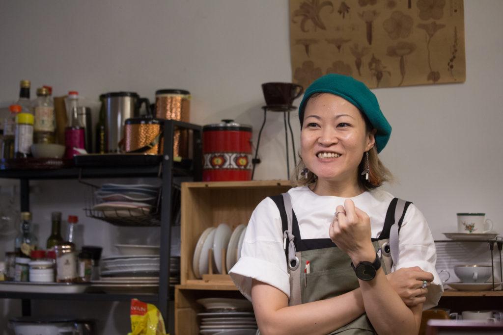 劉芷韻,香港詩人,曾當售貨員、電視台編劇等工作,現在與拍檔阿傑經營貘記,接freelance維生。作品有《與幽靈同處的居所》、《心的全部》等。做手作時,是她的休息時間,在貘記裏,就刻意擔負了店長的角色。