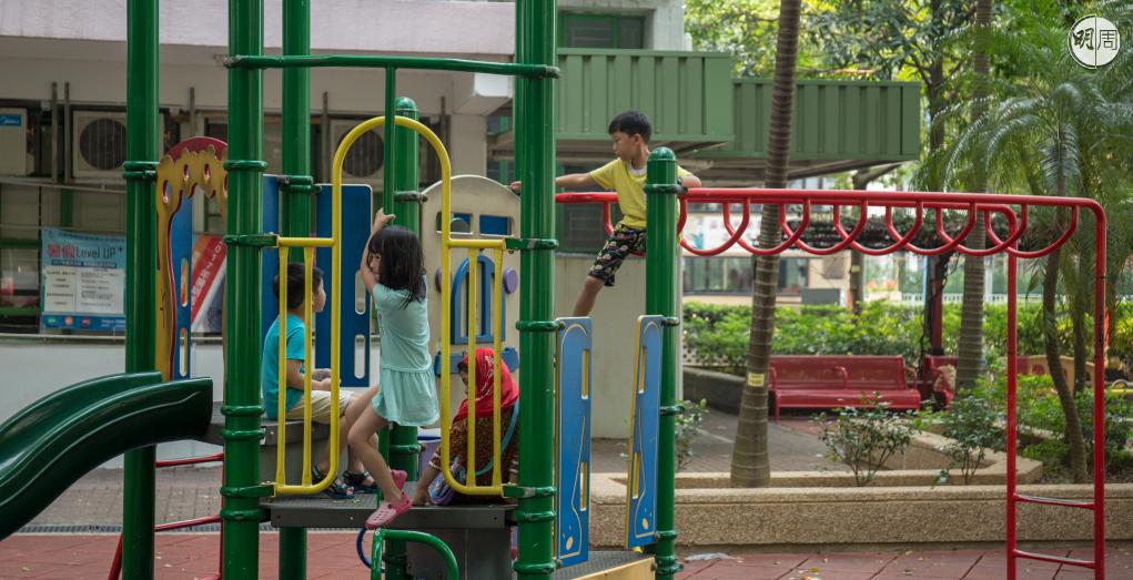 幾個小孩一起遊戲,就是最好的「興趣班」。