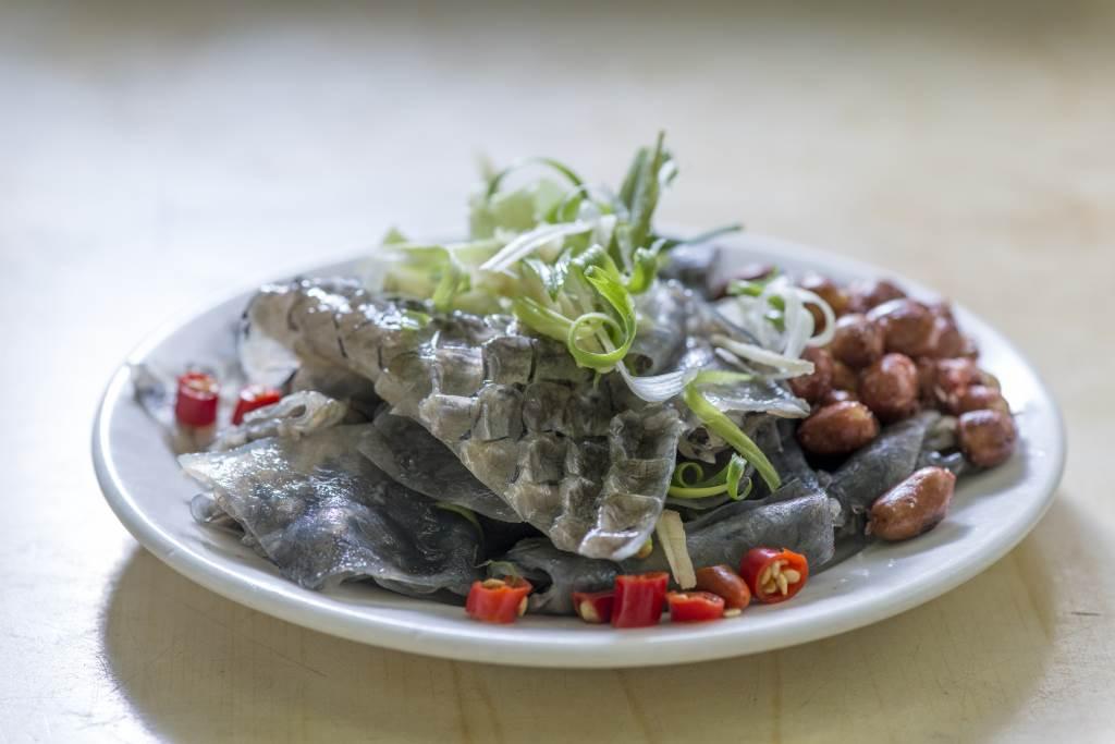 薑葱灼鯇魚皮 // 灼後用冰水泡過的鯇魚皮,集爽、脆、滑三重口感於一身,澆下麻油與醬油,啖啖爽口惹味。  $35