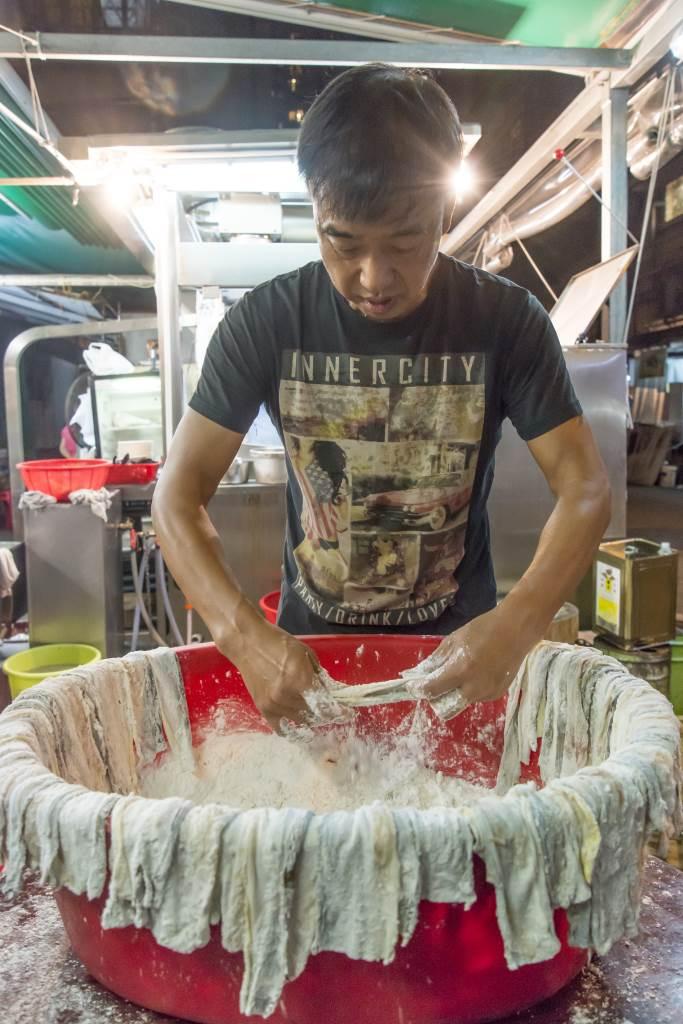 康哥說坊間大部分的炸 魚皮, 取材自越南鯰魚,魚質差,加上是急 凍貨,吃而不知其味。 怎似得他堅持用新鮮門 鱔製作來得好吃。