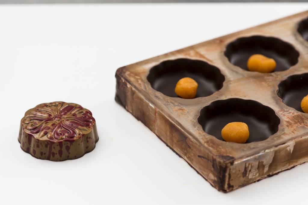 Jack認為內藏鹹蛋黃是傳統月餅的標記,即使創製朱古力月餅,亦不忘傳統,以鹹蛋黃做成吉士作餡。