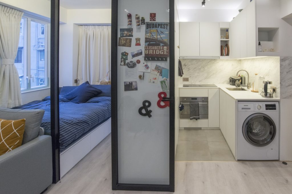 一幅牆櫃把睡房和廚房分隔開來,當然也兼備儲物之用。