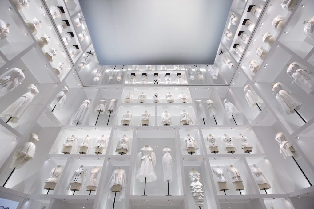 Atelier Toiles是據紙樣剪裁的薄麻布樣版,品牌製版前一個重要的工序;展館裏排山倒海的樣版,由下而上,數之不盡,就像通往夢想國度前飄過的朵朵白雲。