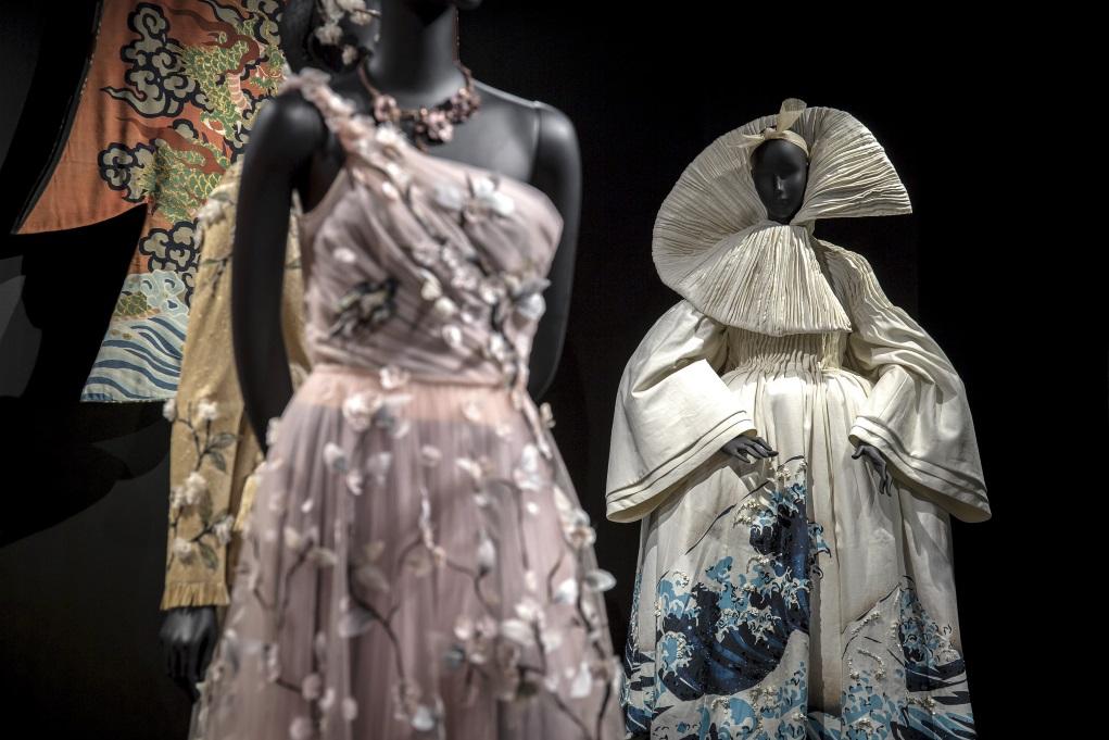 展覽涵蓋三百多件經典時裝,圖為深受東方文化啟發的設計。
