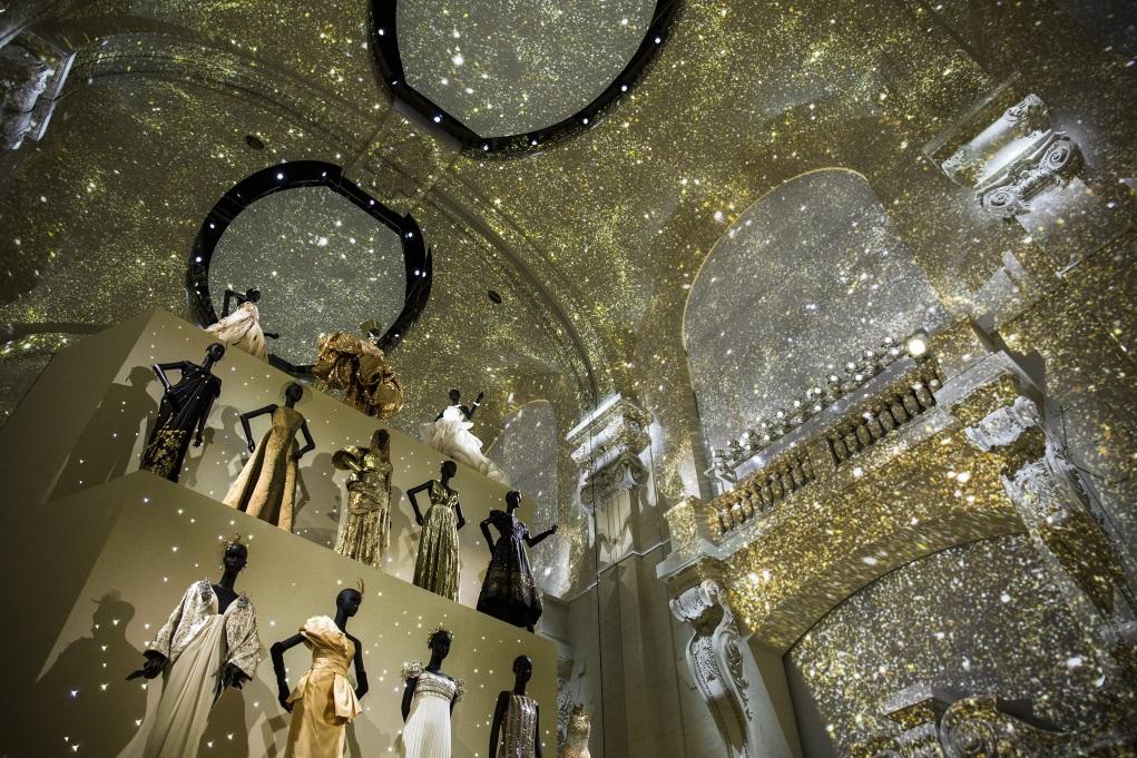 晚裝展區以金色閃爍的天花板投射效果帶出夢幻主題