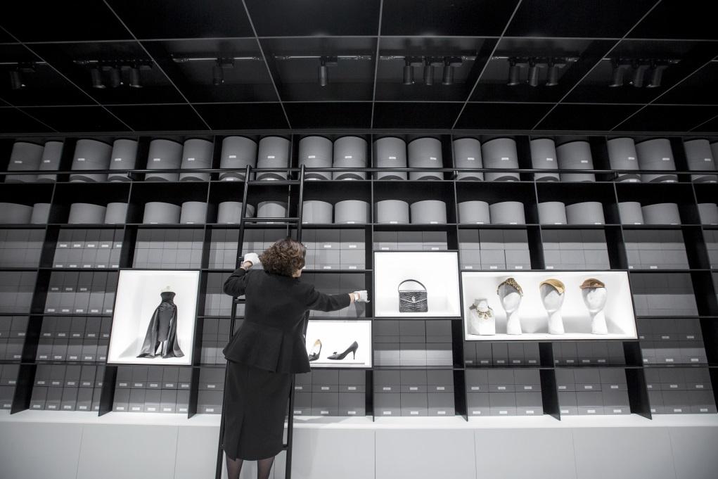 Dior Heritage以統一的盒子保存七十年以來的衣服、帽子、鞋履、手袋、飾物、香水、文獻、書籍和檔案等,並有二十四小時冷氣及濕度調節。