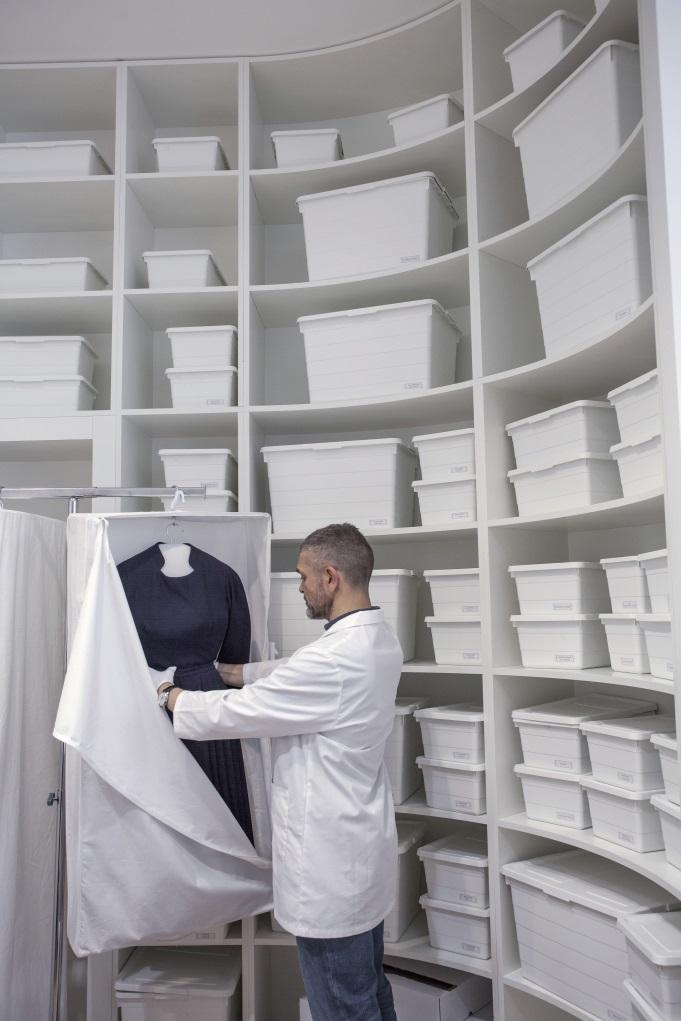 保護服裝的規格很高,吊掛式的、橫躺式的、硬盒型的、纖維布袋的,分門別類,令人佩服法國人的嚴謹。