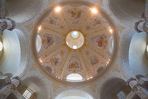 近百米的圓形大穹頂給樂聲帶來美好的迴響,站在教堂頂端的迴廊唱歌,更是宛若天籟。
