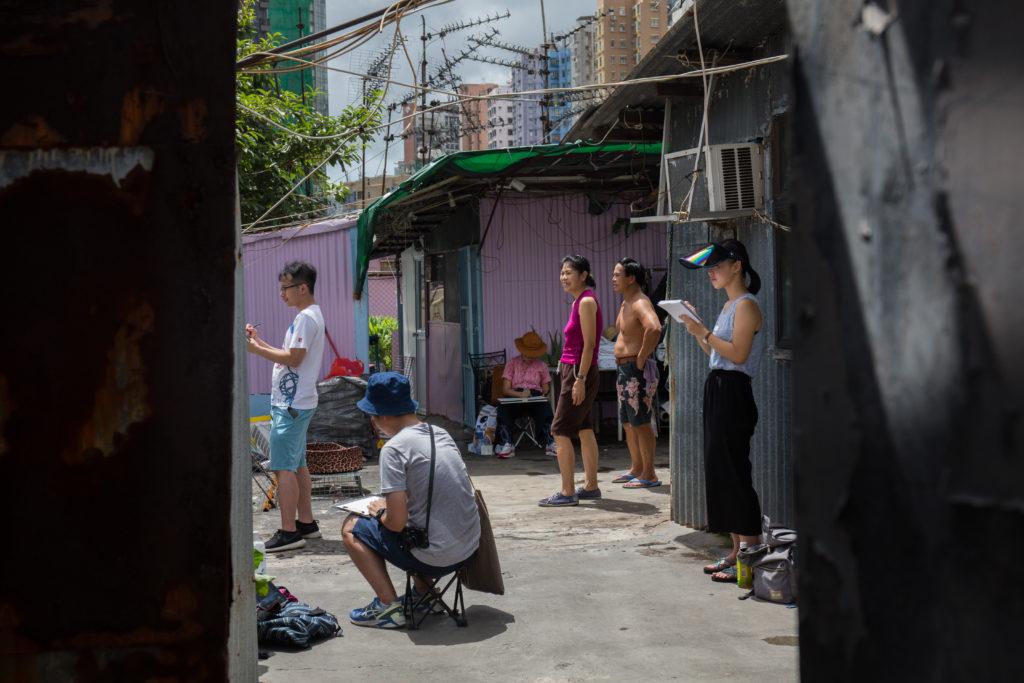導賞過後,一眾畫友開始在天台素描。因為事前已跟住戶溝通好,他們對活動亦表示歡迎。